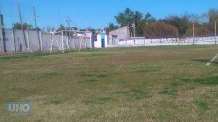 El campo de juego está cubierto de césped. Foto Lautaro López Díaz.