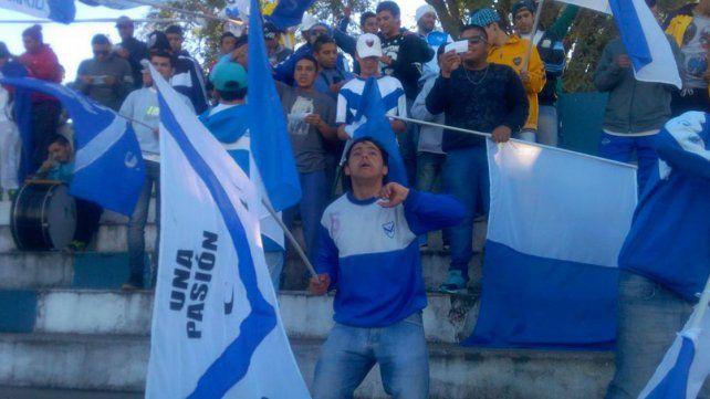 Banderazo. Los hinchas de Sportivo Urquiza apoyaron a sus jugadores en el entrenamiento previo al clásico.