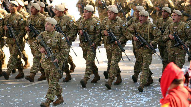 Colorido desfile cívico militar en Tucumán