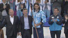 el presidente macri le entrego la bandera de la delegacion olimpica a scola