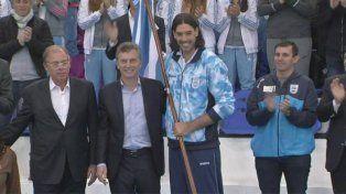 El Presidente Macri le entregó la bandera de la delegación olímpica a Scola