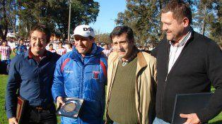 Reconocido. El entrenador Pedro Troglio recibió una distinción por parte de los dirigentes de Libertad.