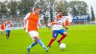 El defensor Maximiliano Gómez traslada la pelota en el cotejo ante el equipo concordiense.