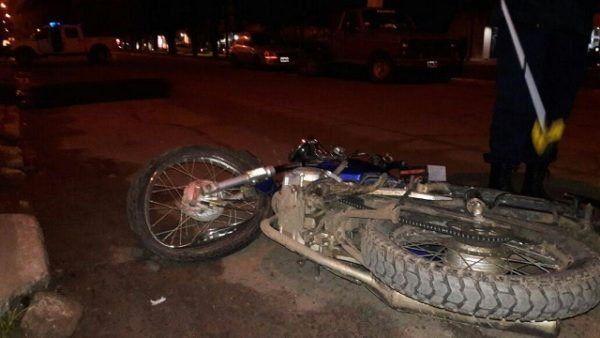 Motociclista herido tras chocar un auto estacionado