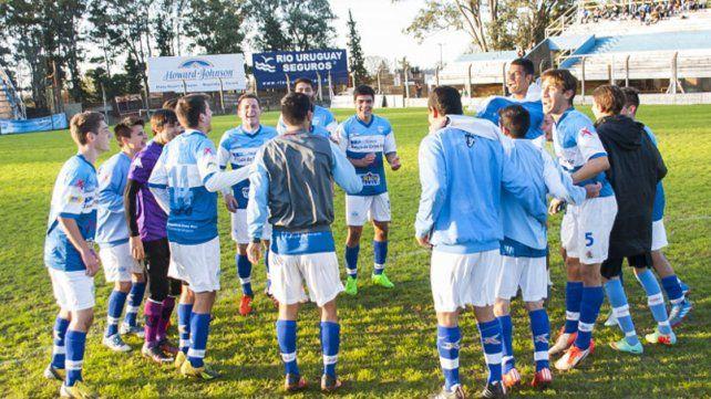 Los jugadores del Lobo festejan la consagración en el fútbol liguista de La Histórica.