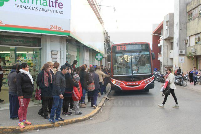 Hubo desconcierto en las paradas de colectivos del centro de Paraná