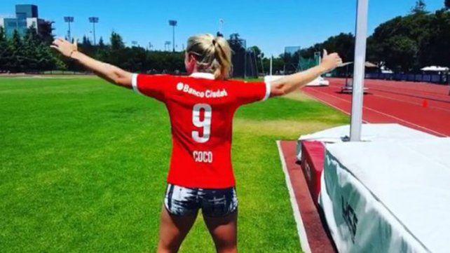 La tenista yankee fanática de Independiente recibió su camiseta de regalo