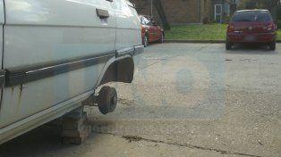 En boxes. Una vecina sufrió el robo de la rueda de su auto y todavía lo tiene parado sin utilizar.