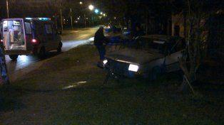 Un joven está grave tras chocar con su auto un árbol