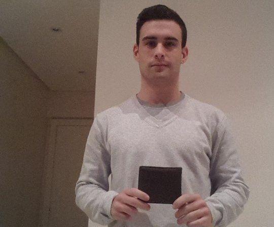 Para evitar los robos, un joven creó una billetera inteligente