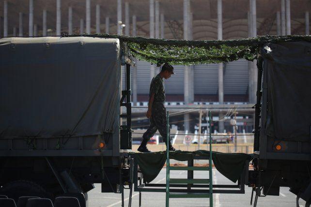 Un soldado custodia uno de los estadios donde se jugarán los Juegos en Río.
