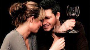 Un estudio determinó que las parejas que toman alcohol son más felices