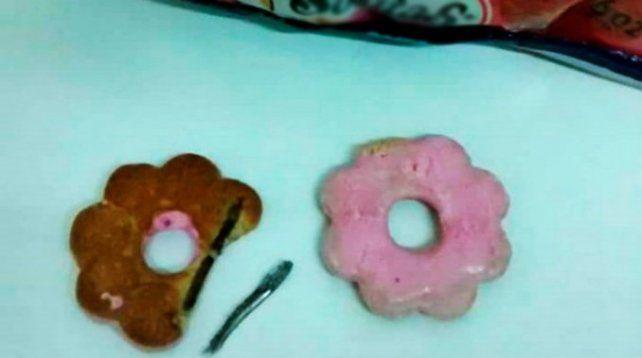 Merendaba con su sobrina cuando encontró un clavo dentro de una galletita