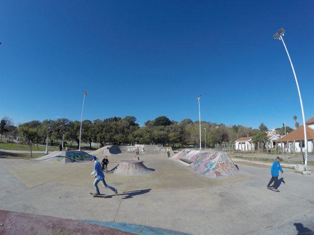 Los chicos aprovechan las vacaciones para andar en bicicleta y skate. Foto UNO Juan Manuel Kunzi.