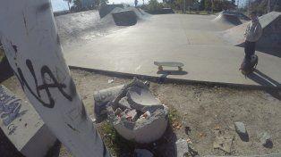 Uno de los basureros está destrozado. Foto UNOJuan Manuel Kunzi.