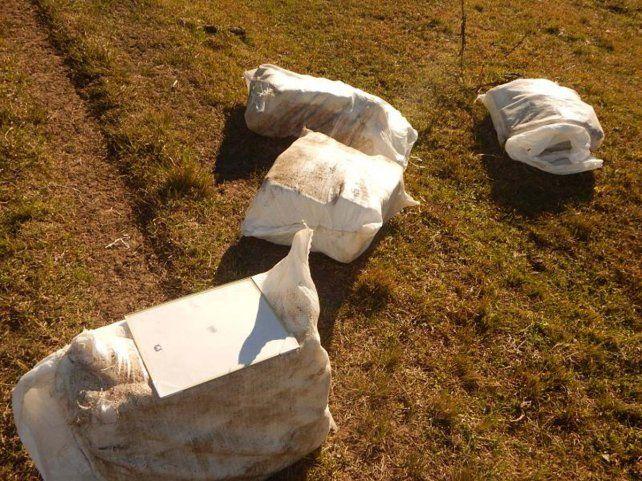 Descubren una avioneta que arrojaba bultos con marihuana a un campo cerca de Concordia