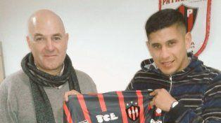 Damián Arce posó con la camiseta de Patronato al momento de firmar su contrato.