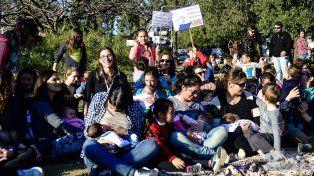 Jimena Zeballos entre las organizadoras de la teteada en Paraná. Foto UNO Mateo Oviedo.