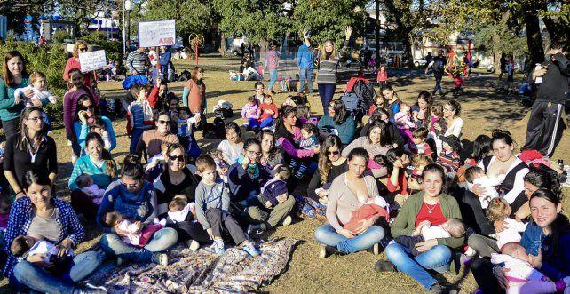 Un importante número de madres llegaron hasta la plaza y se reunieron para la foto. UNO Mateo Oviedo.