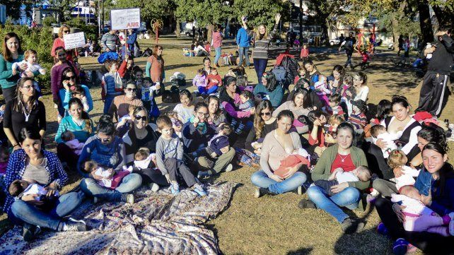 Teteada masiva. En Paraná las madres y sus familias defendieron sus derechos.