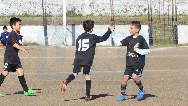 El festejo. Los chicos de la categoría 2007 de Bichitos Colorados festejando unos de los goles convertido a Santa Lucía.