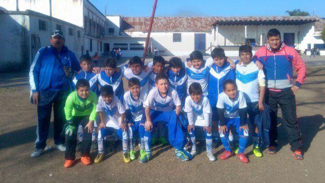 Antes de jugar. Los chicos de la V Azulada posaron para la foto antes de disputar su partido ante Peques Unidos en 2006.