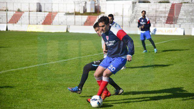 Lisandro Alzugaray intenta desnivelar ante la marca de Renzo Morato.