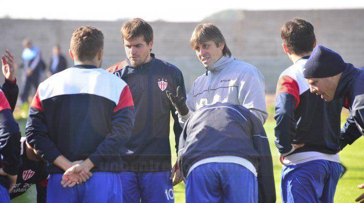 Ortiz le da instrucciones a sus jugadores en el amistoso que jugó su equipo ante Belgrano.