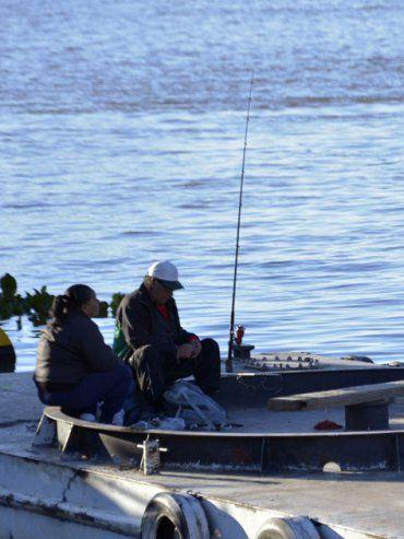 Durante las vacaciones locales y turistas aprovecharon para pescar en el río Paraná. UNO Mateo Oviedo.