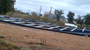 Los fuertes vientos provocaron el derrumbe de la estructura de un galpón