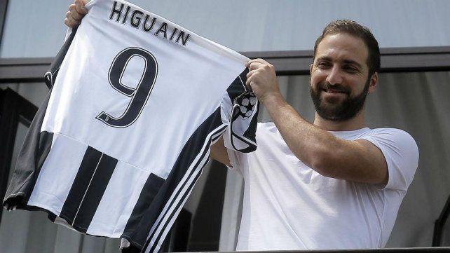 Gonzalo Higuaín llegó a Turín para sumarse a la Juventus