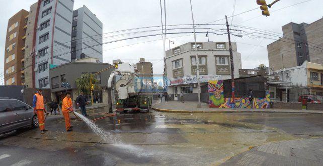 El líquido cloacal fue lavado Corrientes para abajo con una manguera. Foto UNO Juan Manuel Kunzi.