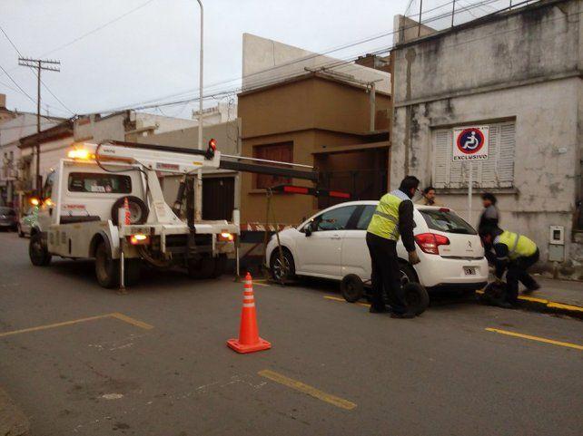 El dueño del auto se enojó con los inspectores de Tránsito.