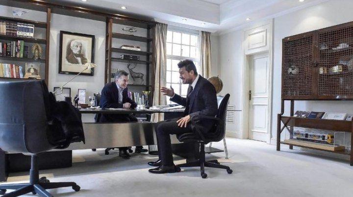 El presidente y el conductor de televisión tentados de la risa. Foto Télam.