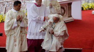 El papa Francisco tuvo una caída durante la misa en Czestokowa.