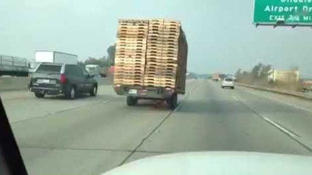 Es viral el video de un remolque que viaja solo por una autopista