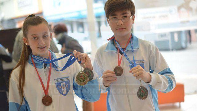 Claus y Gómez lucen orgullosos con las preseas conseguidas.
