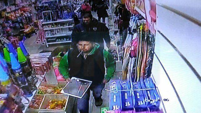 La cámara captó cuando compraban el espejo para guiar a la avioneta narco