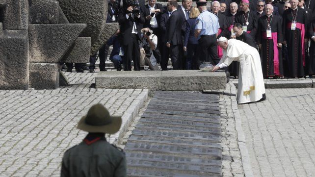 El Papa recorrió Auschwitz y pidió perdón por tanta crueldad