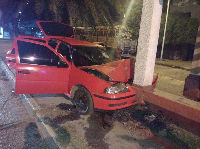 Un joven está grave tras chocar con su auto una columna