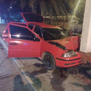 un joven esta grave tras chocar con su auto una columna