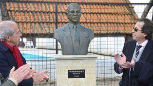 Las autoridades de la entidad junto al busto del gran dirigente fallecido.