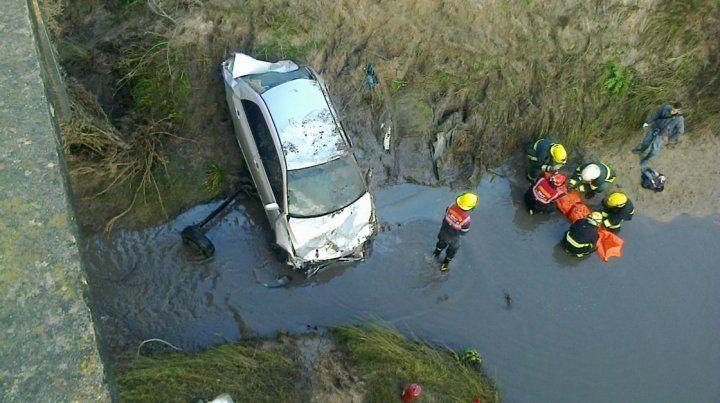Un joven murió luego de que un auto cayera de un puente
