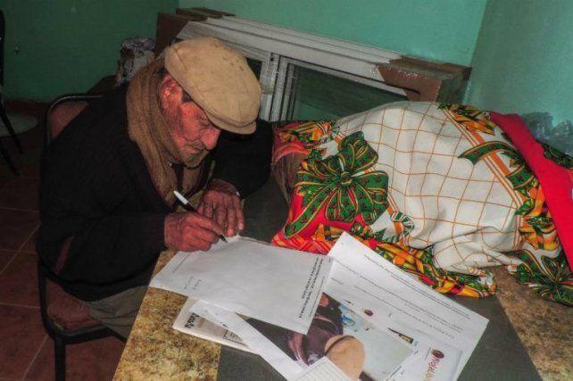 El bisabuelo de 90 años que está terminando la primaria