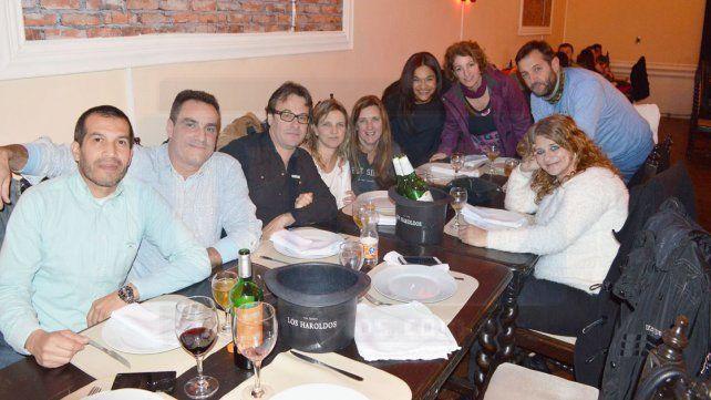 Grupo. Parte de los exalumnos de la Normal en el restaurante del Club Social. La motivación es volver a verse