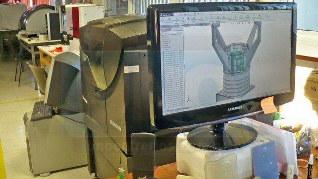 En el laboratorio. A partir del diseño digital se imprimen objetos tridimensionales.