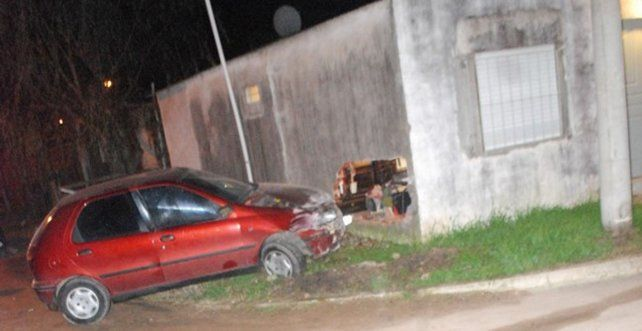 Robaron un auto y casi se meten adentro de una casa