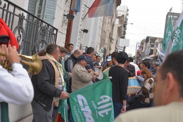 Presión. Una asamblea de militantes de ATE siguió de cerca el desarrollo de la última audiencia.