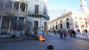Tarjeteros cortaron el tránsito en Corrientes y Urquiza. Foto UNODiego Arias.