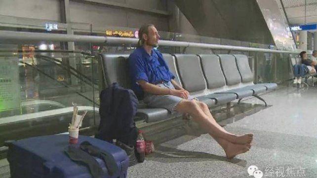Esperó 10 días en un aeropuerto por una cita: mirá cómo terminó